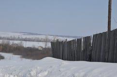 marzo Nieve chispeante en las derivas grandes que mienten en el borde de la carretera Fotografía de archivo libre de regalías