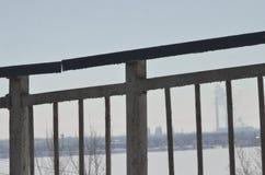 marzo Nieve chispeante en las derivas grandes que mienten en el borde de la carretera Fotografía de archivo