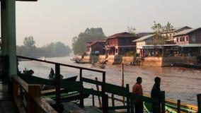 4 marzo 2016 Nyaungshwe, Myanmar - Il molo in Nyaungshwe nel lago Inle con la gente e la barca fanno segno a video d archivio