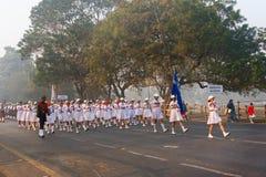 Marzo oltre delle ragazze della scuola del ` s dell'India Fotografia Stock