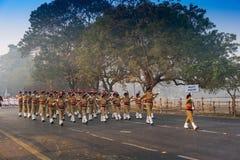 Marzo oltre delle ragazze della scuola del ` s dell'India Immagine Stock