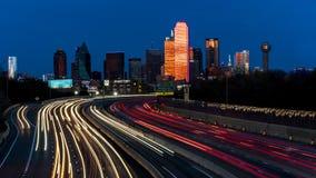 5 marzo 2018, ORIZZONTE IL TEXAS di DALLAS e Tom Landry Freeway, con le luci striate su 30 da uno stato all'altro Grattacielo, il fotografia stock