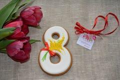 8 marzo pan di zenzero e tulipani dolci Fotografia Stock Libera da Diritti
