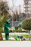 15 marzo 2017 parco di spiaggia, Bacu, Azerbaigian Prodotti dei giardinieri che fanno il giardinaggio nel parco della città Fotografia Stock
