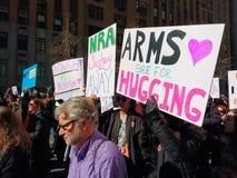 Marzo per le nostre vite, armi è per abbracciare, NYC, NY, U.S.A. Fotografia Stock
