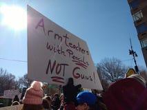 Marzo per le nostre vite, insegnanti del braccio con le pistole delle matite non, NYC, NY, U.S.A. Fotografie Stock
