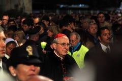 Un cardinale durante il modo dell'incrocio presieduto da papa Francis I fotografie stock