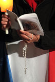 Preghiere durante la via Crucis con da papa Francis I Fotografie Stock Libere da Diritti