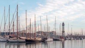 8 marzo 2017 Rivestimenti di tempo degli yacht e della teleferica nel porto di Barcellona stock footage