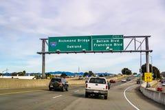 31 marzo 2019 San Rafael/CA/U.S.A. - viaggiando sull'autostrada senza pedaggio verso Oakland, nell'area di San Francisco Bay del  immagini stock libere da diritti