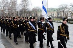 Marzo solemne del guardia de honor después de poner florece a la tumba del soldado desconocido en el jardín de Alexander Imágenes de archivo libres de regalías