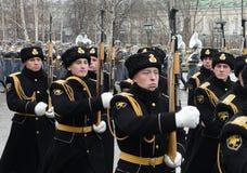 Marzo solemne del guardia de honor después de poner florece a la tumba del soldado desconocido en el jardín de Alexander Imagen de archivo libre de regalías