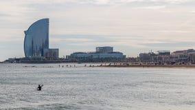 5 MARZO 2017 Surfisti del vento sulla spiaggia di Barceloneta, Barcellona Fotografia Stock Libera da Diritti