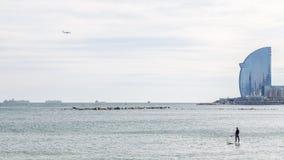 5 MARZO 2017 Surfisti del vento sulla spiaggia di Barceloneta, Barcellona Immagini Stock