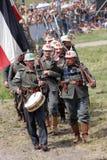 Marzo tedesco dei soldati sotto la bandiera tedesca Fotografia Stock Libera da Diritti