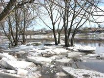 A marzo un rompighiaccio sul fiume immagine stock