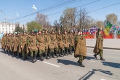 Marzo uniforme di fila del soldato della forza militare Fotografie Stock Libere da Diritti