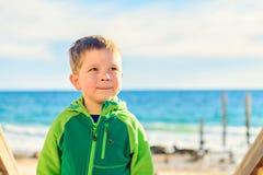 Marzyć chłopiec pozycję przy plażą Obrazy Royalty Free