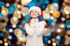 Marzyć dziewczyny w Santa pomagiera kapeluszu nad światłami Fotografia Stock