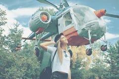 Marzyć młodej dziewczyny patrzeje niebo z małym ślicznym helicop zdjęcie stock