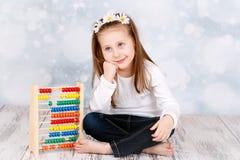 Marzyć młodej dziewczyny z abakusem Obrazy Stock