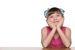 Marzyć małej dziewczynki przy biurkiem Obrazy Stock