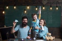 Marzyć pojęcie Małe dziecko marzy o podróżowaniu w klasie Rodzinny falcowanie papier hebluje w szkole, marzy Przerwa zdjęcie royalty free