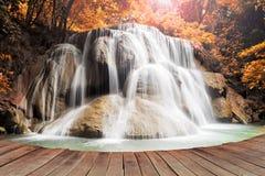 Marzyć wodny spadek na pustym drewnianym molu Zdjęcie Stock