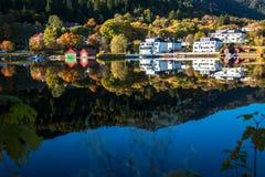 Marzycielska, colourful i spokojna jesień przy Gamlehaugen, dwór i siedziba Norweska rodzina królewska w Bergen, Norwegia obrazy stock
