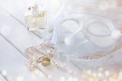 Marzycielska fotografia rocznik białe venetian perły i maska Zdjęcie Stock