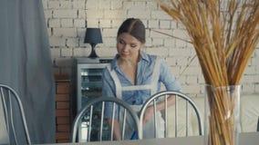 Marzycielska gosposia myje podłoga Dziewczyna czyści podłogowego kwacz w restauraci zbiory wideo