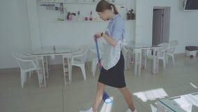 Marzycielska gosposia myje podłoga Dziewczyna czyści podłogowego kwacz w restauraci zbiory