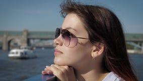 Marzycielska kobieta stawia jej głowę poręcza przyglądający widok od łodzi na deptaku zdjęcie wideo