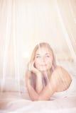 Marzycielska kobieta w łóżku fotografia stock
