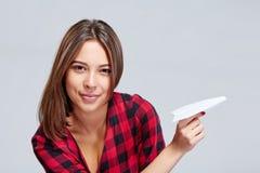 Marzycielski żeński mienie białego papieru samolot Fotografia Stock