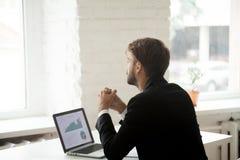 Marzycielski biznesmen myśleć o przyszłościowych biznesowych projektach Zdjęcie Stock