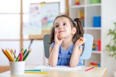 Marzycielski dzieciak dziewczyny rysunek z kolorów ołówkami zdjęcia royalty free
