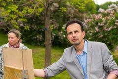 Marzycielski męski malarza i kobiety artysta podczas sztuki klasy outdoors Zdjęcia Royalty Free