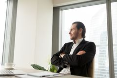 Marzycielski uśmiechnięty przystojny biznesmen myśleć o korporacyjnym fut Fotografia Royalty Free