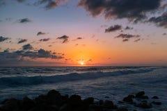 Marzycielskiego nieba oceanu falisty zmierzch obraz stock
