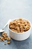 Masła orzechowego granola w białym ramekin zdjęcia royalty free