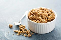 Masła orzechowego granola w białym ramekin obraz stock