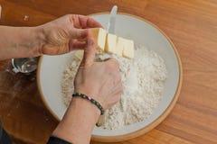 masła tnąca ręk kobieta Zdjęcia Royalty Free