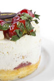 masło śmietanki tort z truskawkowym & urodzinowym czekolada talerzem Obrazy Stock
