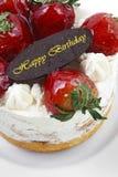 masło śmietanki tort z truskawkowym & urodzinowym czekolada talerzem Fotografia Stock