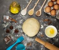 Masło, jajka, pikantność i ciasto, na powierzchni, kropiącej z mąką zdjęcia stock