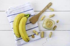 Masło orzechowe rozprzestrzeniający z bananem Zdjęcia Royalty Free