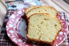 Masło tort pokrajać na talerzu Obrazy Stock