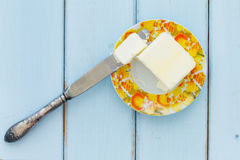 Masło z masło nożem na rocznika drewna tle Zdjęcia Stock