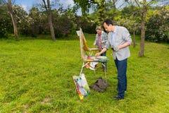 绘mas的两位专业中年不分心的画家 免版税库存照片